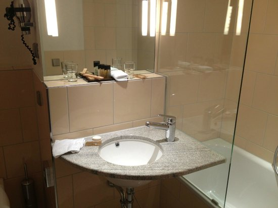 Hotel du Theatre by Fassbind: Immaculate ensuite bathroom
