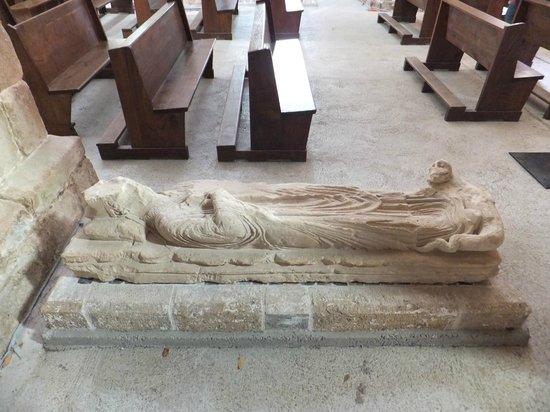 Abbaye de la Lucerne: un gisant dans l'église...