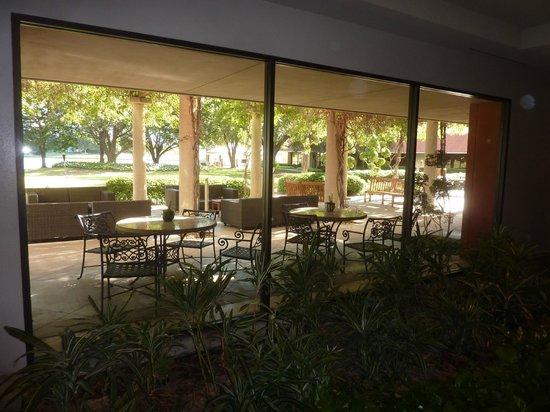 Omni Mandalay Hotel at Las Colinas : Outside dining area