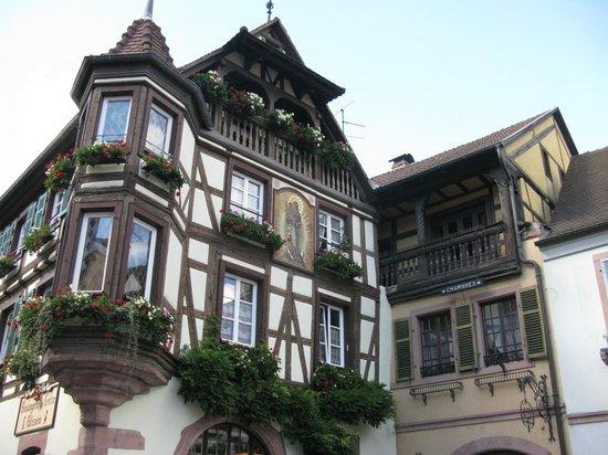 Village de Kaysersberg : Bow window on half-timbering house