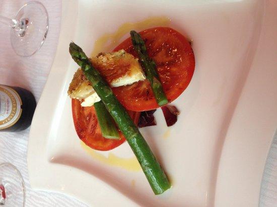 Mil Sabores: Entrante, tomate a la plancha con queso de cabra y chancina
