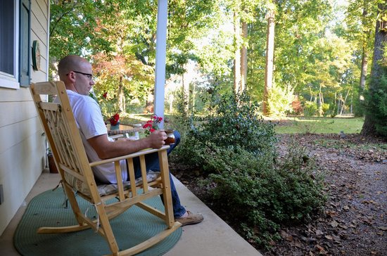 Foxfield Inn: Morning Coffee in backyard
