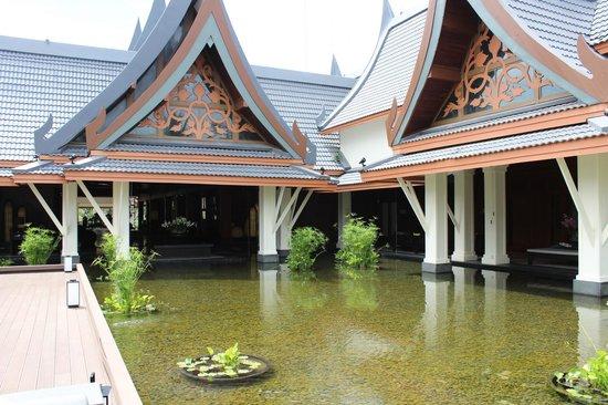 Outrigger Laguna Phuket Beach Resort: La struttura a pagoda della Hall
