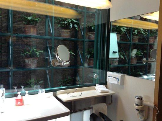 Casa Camper Hotel Barcelona: Bathroom overlooking private atrium