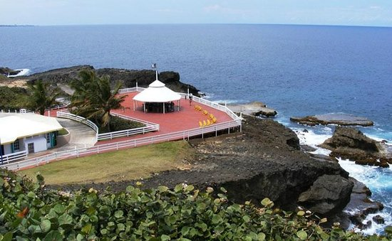 Arecibo Lighthouse & Historical Park : A view from the hill to the deck