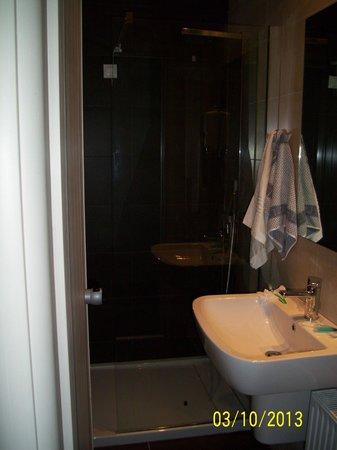 Palmyra Beach Hotel: bagno stanza