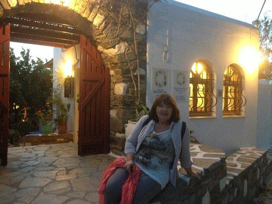 Hotel Aegean Village: Devant la facade de l'entrée de l'hôtel