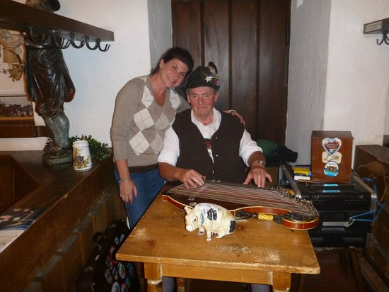 Alpenrose Traditionsgasthof: Live music in the bar!