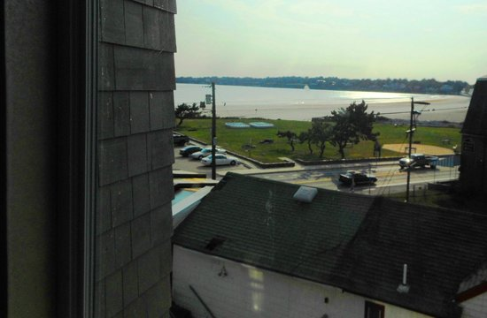 Comfort Inn Middletown: the veiw toward the beach from the 3rd fl hall windows