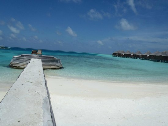 Baros Maldives: Jetty delante de la deluxe villa 122