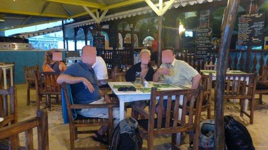 Kaz Kreol Restaurant & Beach Club : direkt am Strand - die Füße im Sand