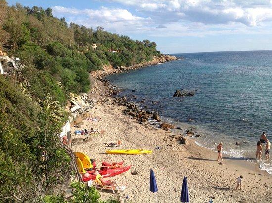 Ristorante del Camping Villaggio Telis: Strand von Telis. Das Restauant liegt oberhalb der Felsküste