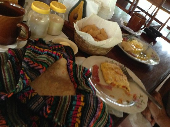 Clarissa Falls Resort: Breakfast, fried eggs, omelets, breads and homemade jam!