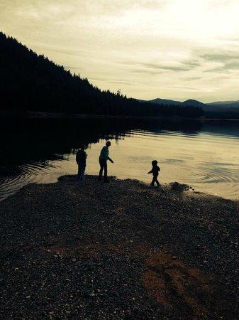 Lemolo Lake Resort : Kids Skipping rocks