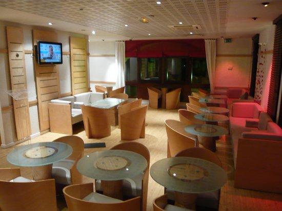 Ibis Annecy Centre Vieille Ville : breakfast room/bar