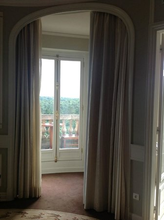 Tiara Chateau Hotel Mont Royal Chantilly : one of three doors to balcony