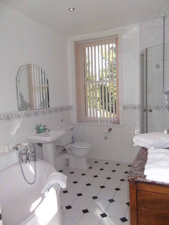 The Woodlands: Premier double with large ensuite toilet, corner bath and shower