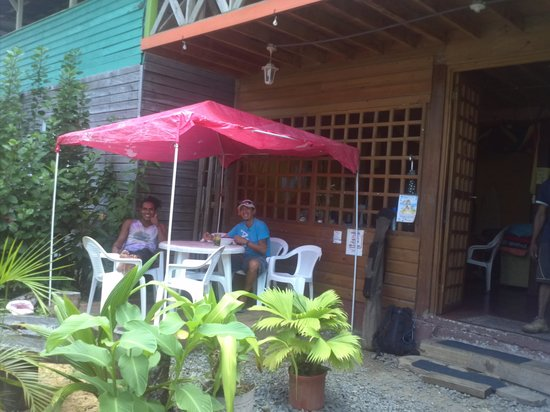 Coconut Hostal: chicos  descansando