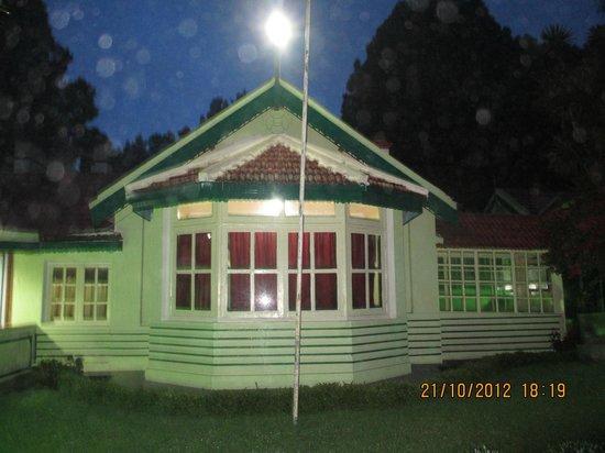 Hotel Mayura Sudarshan Ooty: Night view of the reception