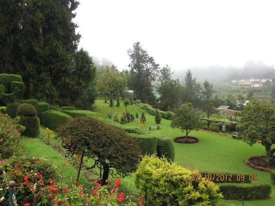 Hotel Mayura Sudarshan Ooty: View Of The Front Garden Maintained By  Karnataka Horticulture