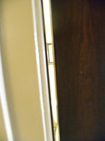 Radisson Suites Hotel Anaheim - Buena Park: Bathroom door won't close all the way!
