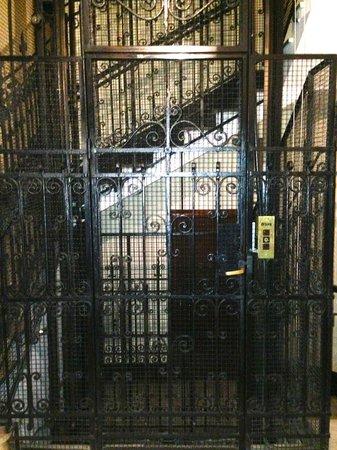 Pensión Kursaal: Cute Antique Elevator