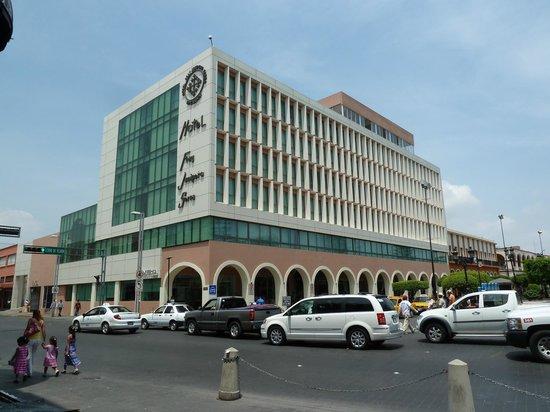 Hotel Fray Junipero Serra: Vista exterior del hotel.                                           josepablo2004