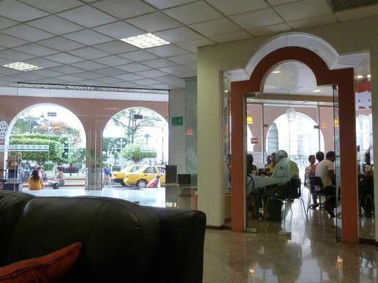 Hotel Fray Junipero Serra: Café y entrada principal del hotel.                           josepablo2004