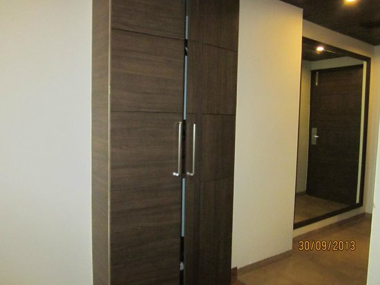 Hotel Narula's Aurrum: wardrobe, big mirror in front side of bathroom