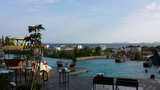 Hotel Novotel Lampung: Pool with ocean view