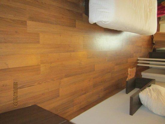 Hotel Narula's Aurrum: wooden flooring