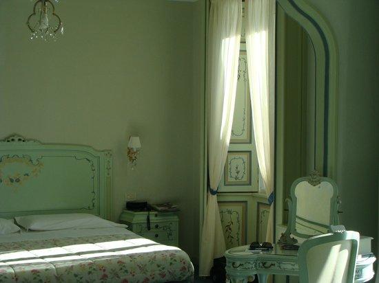 Villa La Mirabella: Spacious bedroom with small balcony