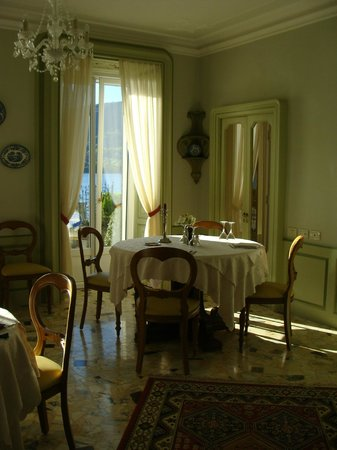 Villa La Mirabella: Dining room furnished with beautiful antiques
