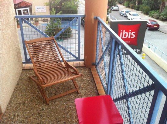 ibis hyeres centre : Le petit balcon