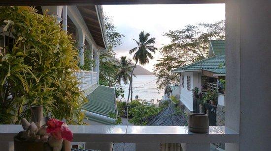Beau Bamboo Guesthouse: Blick zum Strand von der Terrasse