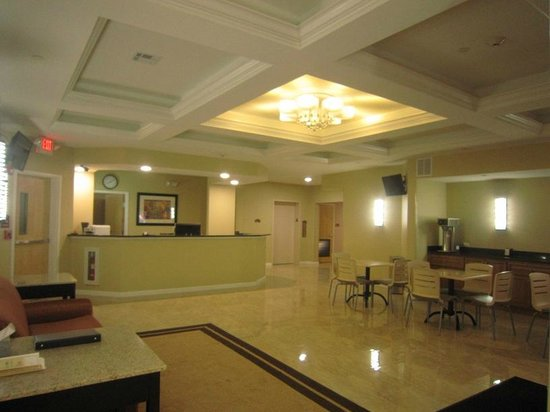 Red Carpet Inn and Suites: Lobby