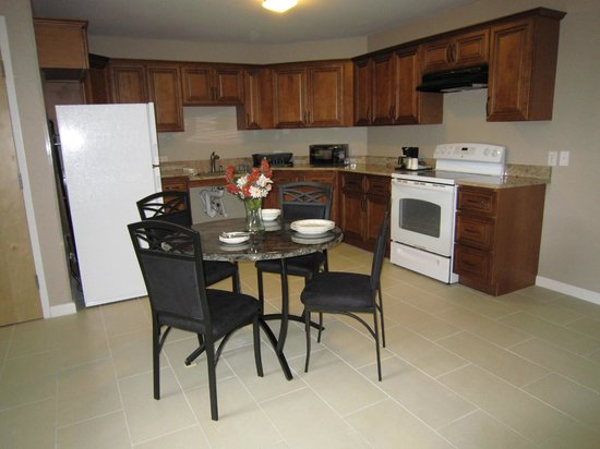 Red Carpet Inn and Suites: Suite's Fully Equipped Kitchen