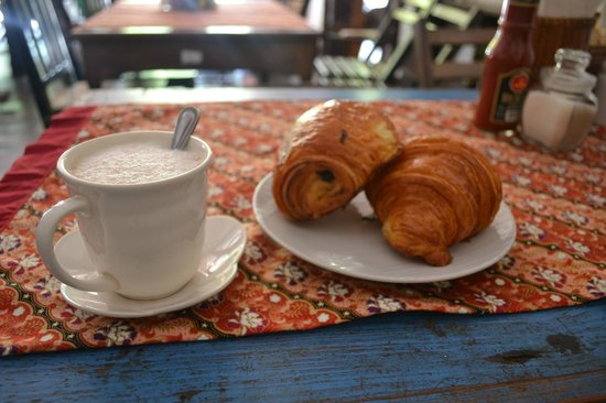 Le Banneton Cafe : Coffee and Croissants