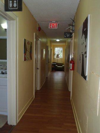 HI- Niagara Falls : Upstairs hallway