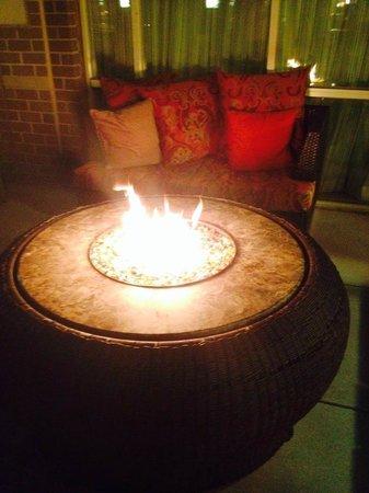 Renaissance Charlotte SouthPark Hotel: Outside fire pits