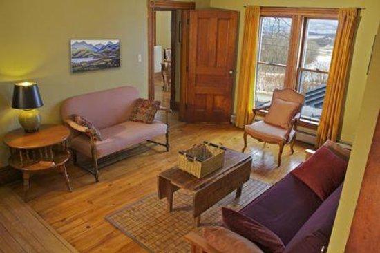 Charlotte, VT : Left Wing living room