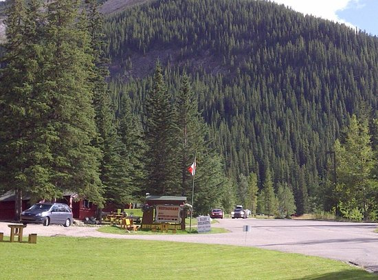 Miette Hot Springs Resort: Nestled right in the mountain
