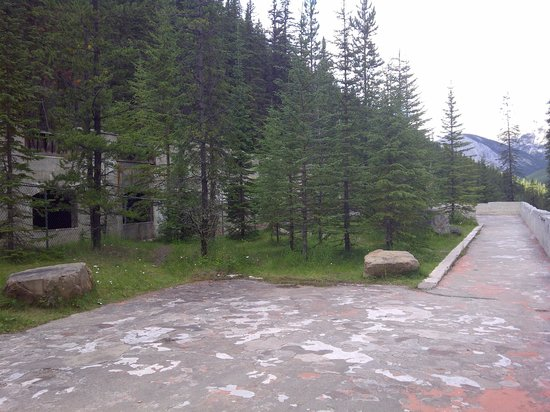 Miette Hot Springs Resort: Visit the old Hotspring ruins.  Just a short walk from cabins