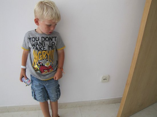 HSM Calas Park : My 3 yr old standing next to the electrocuting plug socket!