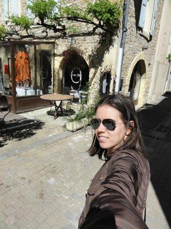 Moulin de Lourmarin: Pracinha que fica em frente ao hotel. O vidro do hotel é colado à praça.