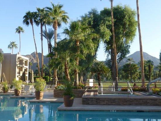 Indian Wells Resort Hotel: Overlooking golf course