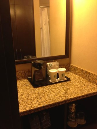 Sheraton Albuquerque Uptown: Coffee area in bathroom