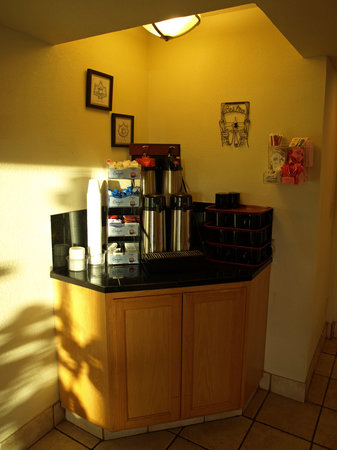 Clarion Hotel By Humboldt Bay: Coffee Station