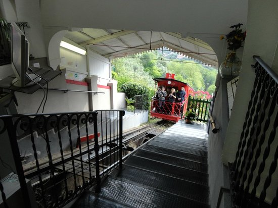 Funicolare di Montecatini Terme : Funicular arriving at the station