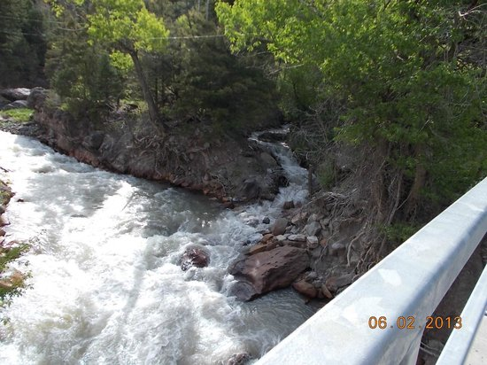 Ouray Victorian Inn: River out back of Inn